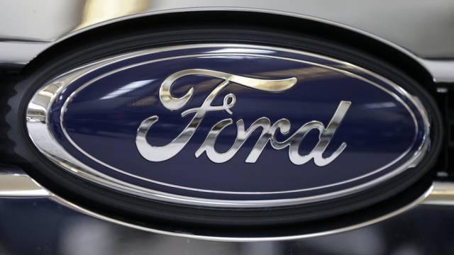 Das Ford-Logo an einem Fahrzeug des US-Autoherstellers (Archiv)