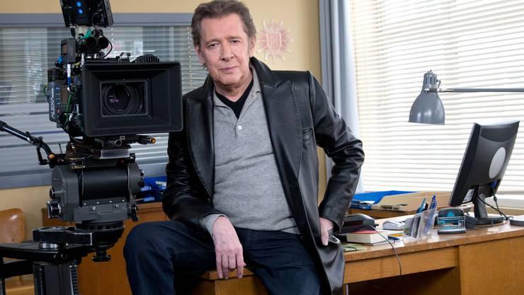 "Jan Fedder bei Dreharbeiten am Filmset der ARD-Serie ""Großstadtrevier"" neben der Filmkamera."
