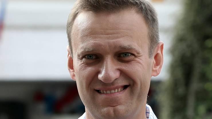 ARCHIV - Alexej Nawalny lächelt, nachdem er seine Stimme bei der Stadtratswahl abgegeben habt. Foto: Andrew Lubimov/AP/dpa