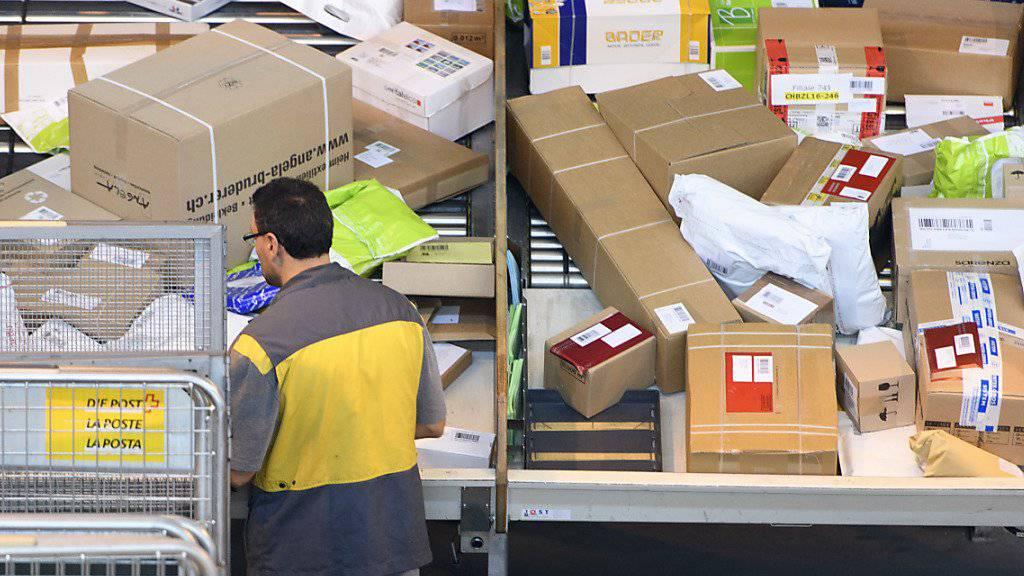 In den Paketzentren der Post wird alles vollautomatisch sortiert: Blick ins Paketzentrum Daillens VD. (Archivbild)