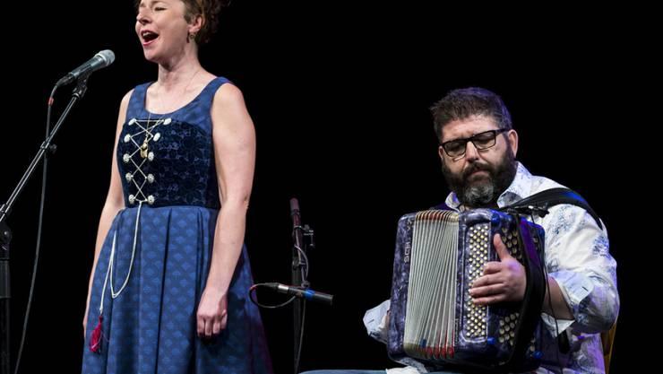 Die Jodlerin Nadja Räss (l) und der Schwyzerörgeler Markus Flückiger, hier an den Stanser Musiktagen 2018, treten auch an der 6. Stubete am See in Zürich auf. (Archiv)
