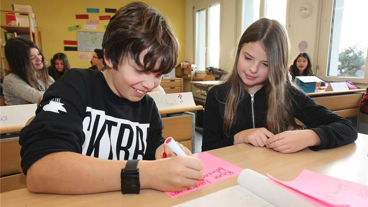 Zwei Schüler am Medienkurs.