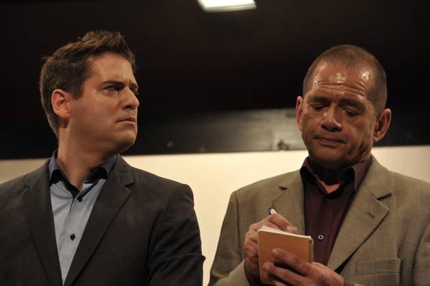 """BüsiaterPsychiater """"Dr. Berlin"""" (rechts Mike Erdin) stellt Jonas Klotz (David Emmenegger) seltsame Fragen."""