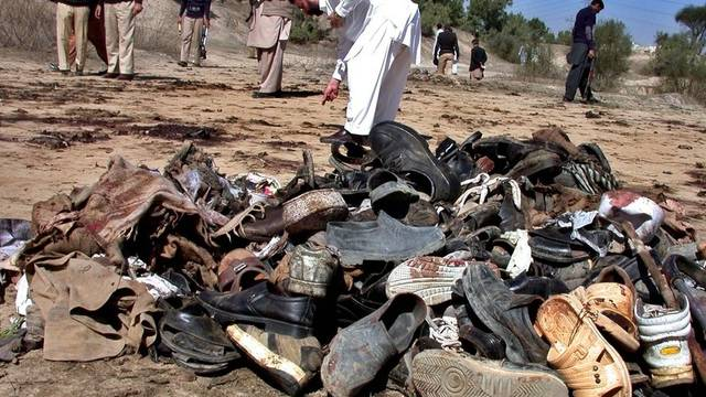 Angehörige identifizieren Überbleibsel nach einem Selbstmordanschlag in Pakistan (Archiv)