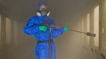 Asbestsanierungen sind sehr aufwendig und deshalbkostspielig. Vor allem müssen die Arbeitskräfte die Sanierung gut geschützt in Angriff nehmen.