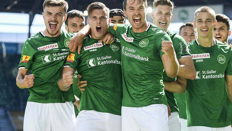 Die St. Galler feiern das 1:0 von Doppeltorschütze Ermedin Demirovic (2. von links)