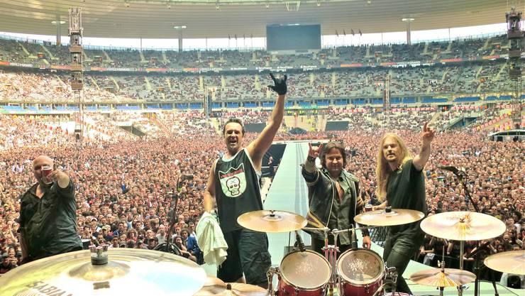 Csaba Zvekan (2. v. r.) mit Metal Machine 2010 im Stade de France, als Vorgruppe von AC/DC.