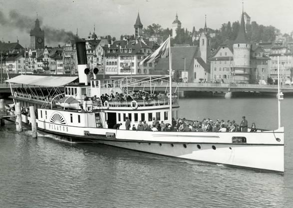 Ende der 1950er Jahre verlässt die «Pilatus» Luzern in Richtung Alpnachstad. Das Schiff war bis 1966 auf dem See unterwegs. Kessel, Maschine und Räder sowie einige Salonteile sind bis heute in einer Ausstellung des Verkehrshauses Schweiz zu sehen.