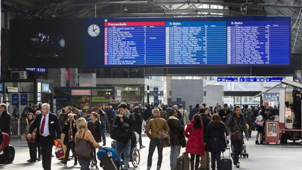 Unterschriftensammlungen und Verteilaktionen sind auf den «ideellen Promotionsplätzen» erlaubt, Musizieren oder Reden Halten jedoch nicht: im Bild der Zürcher Hauptbahnhof (Symbolbild).