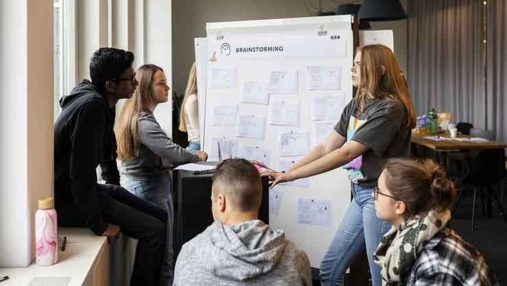17 Schülerinnen und Schüler der Kanti Limmattal schnuppern bei der Innovationsfirma Quo im Glattpark Ingenieurluft.