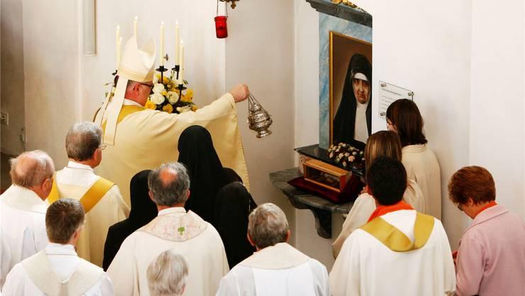 Erinnerung an die Segnung der Reliquie von Maria Bernarda Bütler durch Erzbischof Francesco Canalini, dem Vertreter des Vatikans in der Schweiz, nach der Heiligsprechung der Ordensfrau am 19. Oktober 2008 in der Kirche von Auw. az (Archiv)