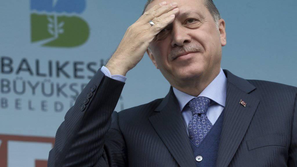 Die Beleidigung des türkischen Präsidenten Recep Tayyip Erdogan hatte ein juristisches Nachspiel für einen deutschen Satiriker. Das wäre auch in der Schweiz möglich. Die Rechtskommission des Nationalrates will das aber ändern. (Archiv)