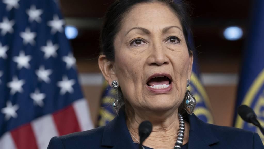ARCHIV - Deb Haaland wird als erste amerikanische Ureinwohnerin einen Ministerposten im US-Kabinett bekleiden. Foto: J. Scott Applewhite/AP/dpa/Archiv