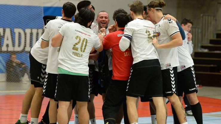 Die RTV-Spieler feiern ihren Sieg in Kreuzlingen.