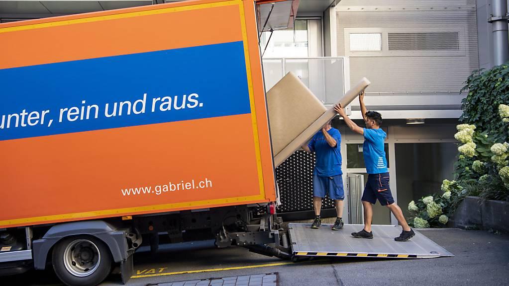 Die Zügelmänner von Gabriel Transport beim Zügeln einer Wohnung in der Stadt Luzern. (Archivbild).
