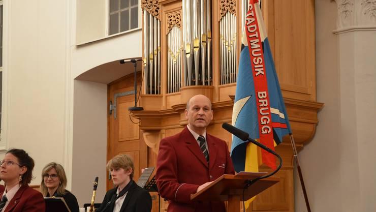 Präsident und Ansager Walter Telser kommentiert die Darbietungen