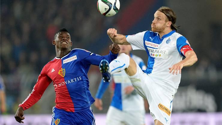 Der eine kommt zum FCB, der andere geht vielleicht: Breel Embolo (rechts) im Zweikampf mit Michael Lang (rechts im GC-Dress und neuer FCB-Spieler).