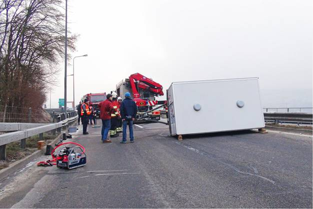 Für die Dauer der Unfall- und Bergungsarbeiten musste die Autobahn A16 zwischen den Autobahnanschlüssen Biel und Frinvillier für rund zwei Stunden gesperrt werden.