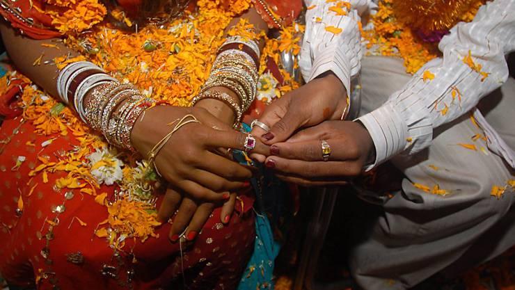 Ein junges Paar gibt sich in Indien das Jawort. Die Schweizer Fachstelle Zwangsheirat berät immer mehr Asylsuchende, die Opfer von Zwangsheiraten wurden. (Symbolbild)