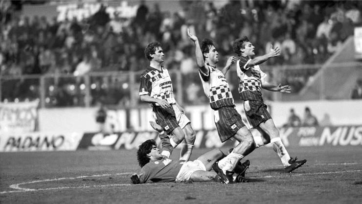 1989: Drei Wettinger stoppen Maradona, in der Mitte Martin Rueda.