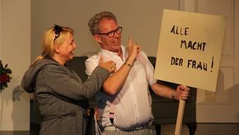 Gattin Tina (Denise Friedli) amüsiert sich mit Kesslers Assistenten Georg Fink (Jürg Rohrbach).