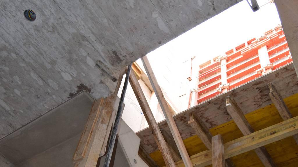 Arbeiter stürzt durch Öffnung ins Treppenhaus – schwer verletzt
