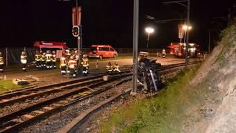 Spektakulärer und tragischer Autounfall im appenzell-ausserrhodischen Teufen: Ein 21-Jähriger Autofahrer stirbt beim Zusammenprall mit einem Fahrleitungsmast der Bahn noch am Unfallort.