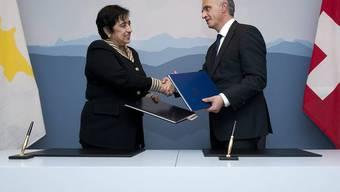 Händeschütteln nach abgeschlossenem bilateralen Vertrag: Die Aussenministerin Zyperns mit Aussenminister Burkhalter