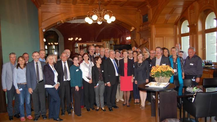 Gruppenfoto aller Teilnehmer mit Bundesrätin Simonetta Sommaruga u Christa Markwalder