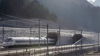 Züge, die durch den Gotthardbasistunnel fahren, müssen Sicherheitsbestimmungen einhalten. (Archiv)