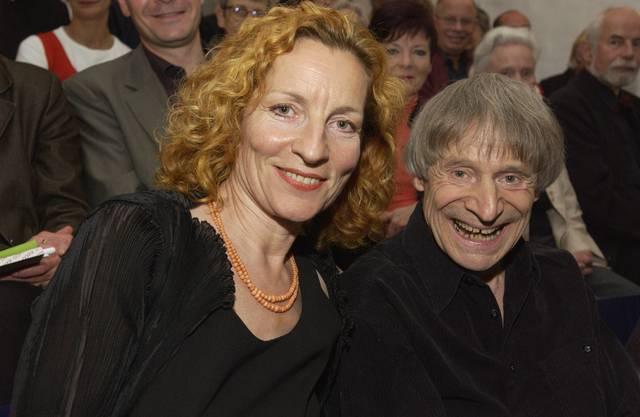 Brigitta Luisa Merki erhält den Hans-Reinhart-Ring für das Jahr 2004. Reinhart-Ring-Träger Dimitri (rechts) sprach die Laudation.