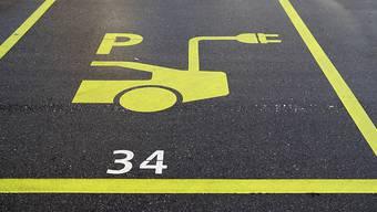 Der Gemeinderat Deitingen diskutiert über Parkplätze mit einer Ladeinfrastruktur für E-Fahrzeuge. (Symbolbild)