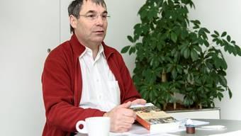 Urban Fink-Wagner mit dem Buch, das das Projekt «Kirche mit den Frauen» angestossen hat.