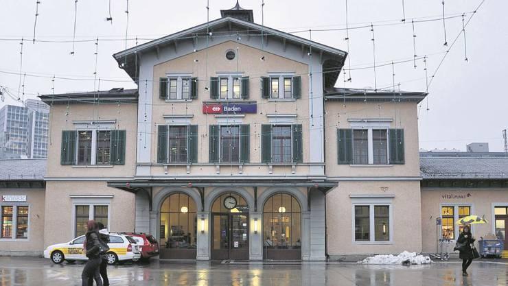 Die Lichter und die Leuchtreklamen weisen unmissverständlich darauf hin: Im historischen Bahnhofgebäude ist neues Leben eingekehrt.