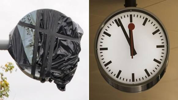 Monatelang war die SBB-Uhr am Bahnhof Koblenz Dorf mit einem grauen Plastiksack verhüllt, nach einer Spendenaktion haben die SBB die Uhr nun ausgewechselt. (Symbolbild)