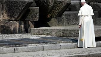 Papst Franziskus am Mahnmal für die Holocaust-Opfer in Birkenau.
