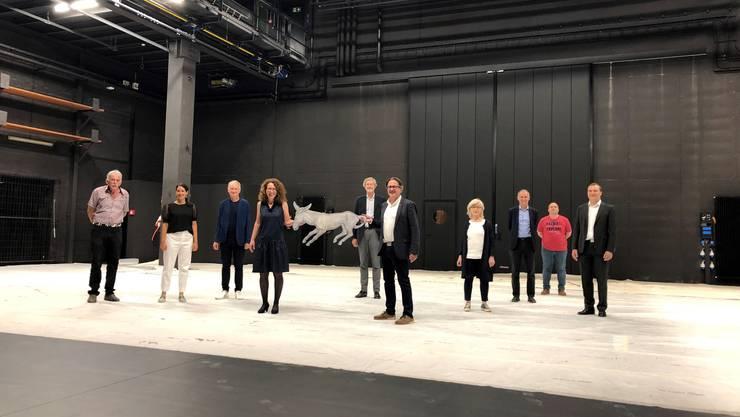 Schlüsselübergabe auf der Bühne des Kurtheaters: Stadtrat Erich Obrist (5. v.r.) überreicht Antonia Stutz, Präsidentin der Theaterstiftung, Hans Trudels störrischen Esel. Er kehrt nach 36 Jahren zurück.