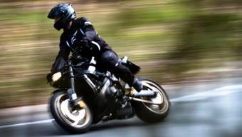 Mit 143 km/h in der Tempo-80-Zone unterwegs: Ein Motorradfahrer geriet am Dienstag in Muri in eine Geschwindigkeitskontrolle der Polizei. (Archivbild)