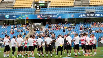Der Start ins Abenteuer Frankreich: Nati-Coach Vladimir Petkovic versammelt seine Mannen vor dem ersten Training in Montpellier.keystone