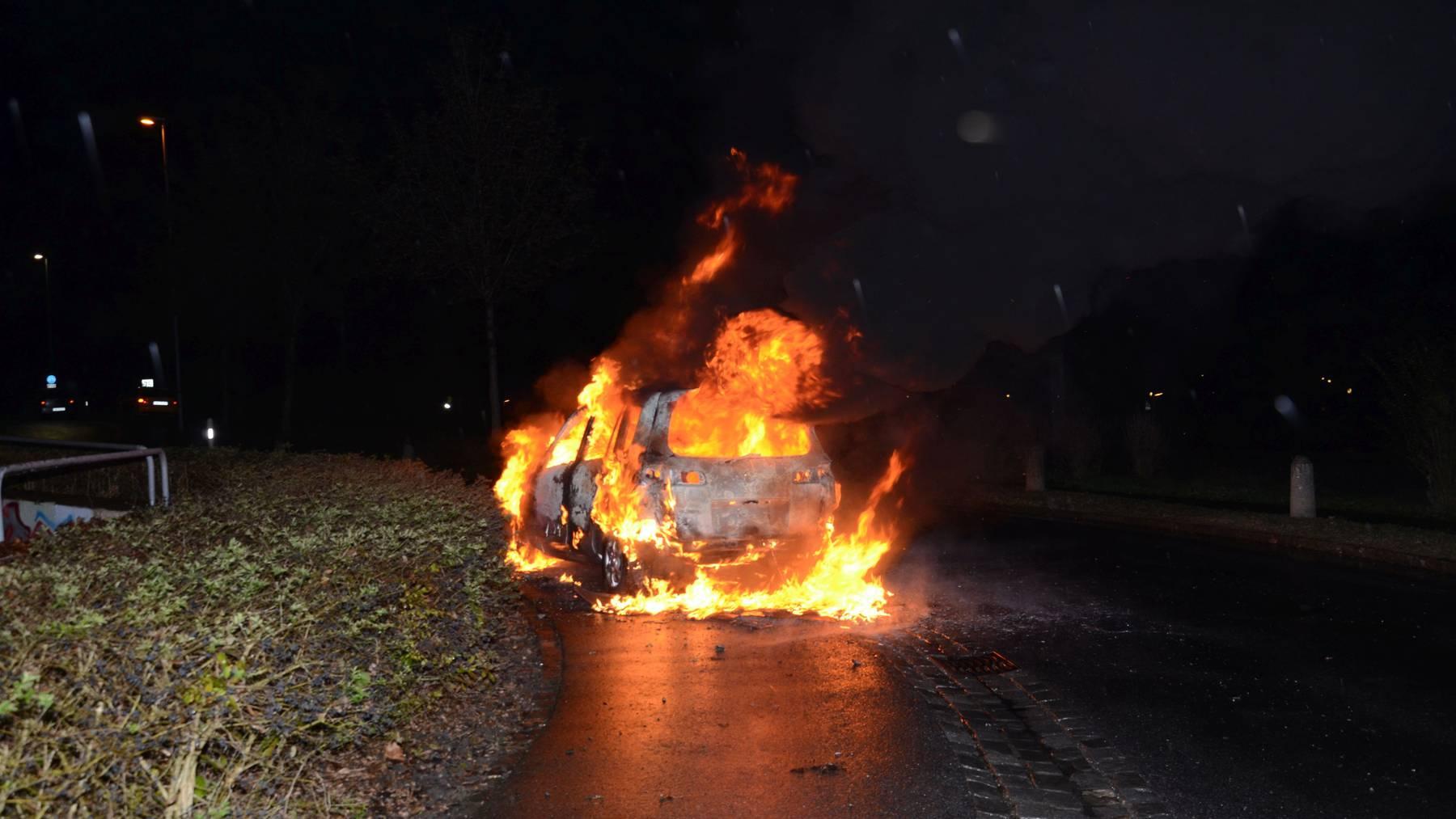 Video: Auto in Sarnen brannte lichterloh