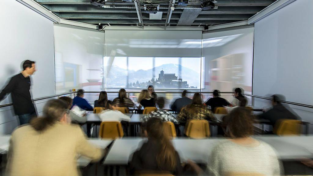 Bei der Vorstellung am Freitag wurde der Erdbeben-Simulator von einer Schulklasse getestet.