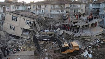 Helfer suchen in den Trümmern der Stadt Elazig nach Überlebenden.