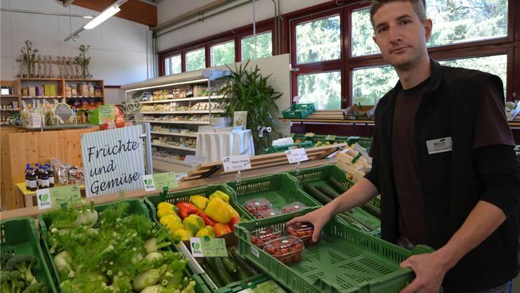 Philipp Hurter leitet den Bio-Markt des Murimoos. Mit dem im Murimoos angebauten Gemüse ist er in seinem Laden preislich sogar oft attraktiver als die grossen Anbieter.