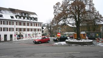 Wird attraktiver: Der Dorfplatz von Niederlenz mit dem Gemeindegebäude, der nicht zum Verweilen lädt und gegenwärtig eine Baustelle ist. (sch)