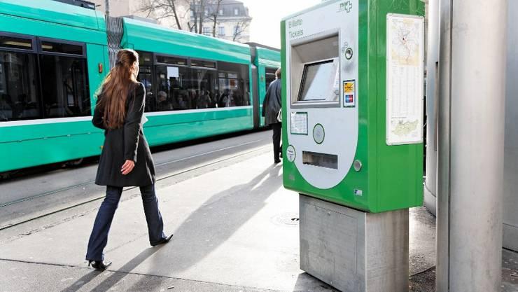 Viele Passagiere lösen ihr U-Abo gleich an einem Billettautomaten wie hier am Barfüsserplatz. Foto: Archiv