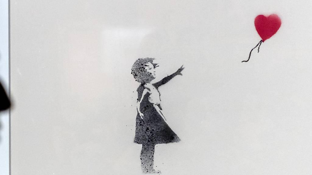 Das Kunstwerk «Mädchen mit Ballon» (2004-2005) des britischen Street-Art-Künstlers Banksy in der Ausstellung in Basel. (Archivbild)