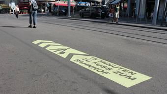 Bodenmarkierungen für Fussgänger am Bellevue in der Stadt Zürich.