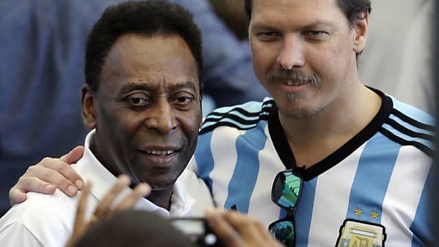 Pelé lässt sich mit Fans ablichten.