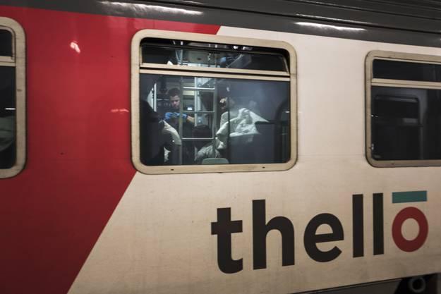 Die Grenzwacht durchsucht den gesamten Zug und kontrolliert die Pässe aller Passagiere.
