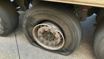 Ohne Luft: Trotz eines kaputten Pneus wollte der Chauffeur dieses Lastwagens durch die Schweiz fahren. Der Lenker aus der Ukraine wurde von den Grenzwächtern gestoppt.